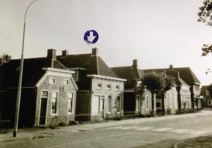Onder de blauwe pijl Kerkstraat 77, de woning van Jakob Schrijver